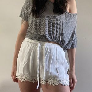 Lightweight tie shorts with lace
